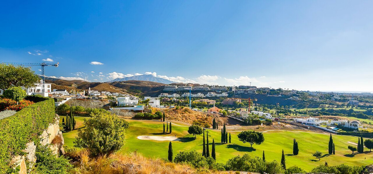 Fabulous frontline golf apartmnet completely refurbished and ready to step in.  Located in the well , Spain