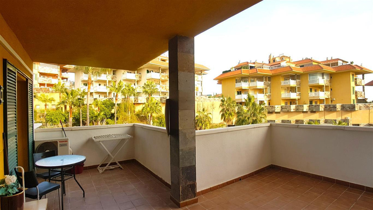 Beautiful spacious and bright 2 bedroom apartment, offers 2 terraces, a store room and a private par,Spain