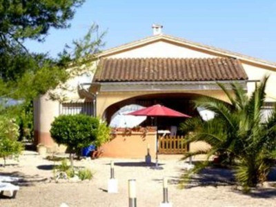 Only 1KM from Albaida this 150m2 country house stands on a fenced plot of 3709m2. Single level house, Spain