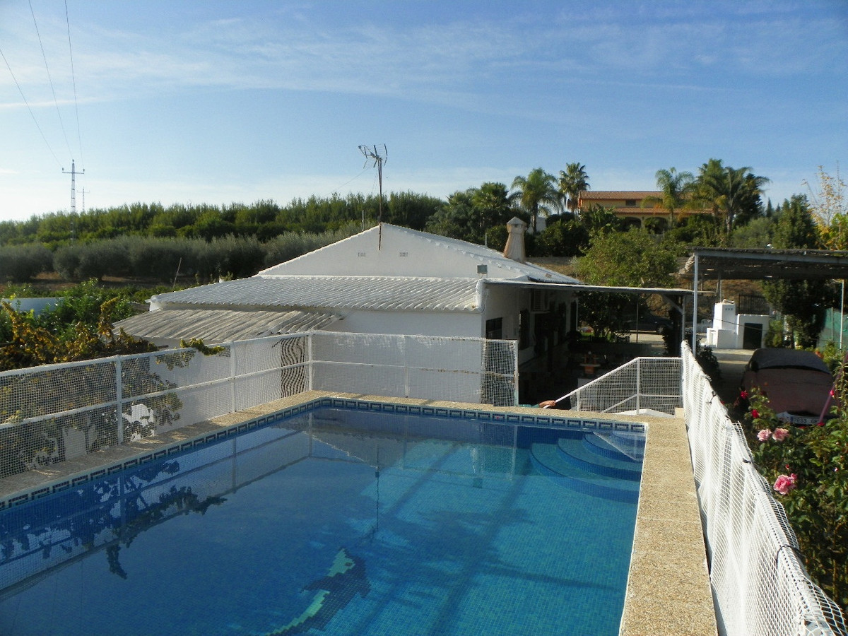 Fantastic 4 bedroom finca located just outside the town of Alhaurin el Grande. Built on one level on, Spain
