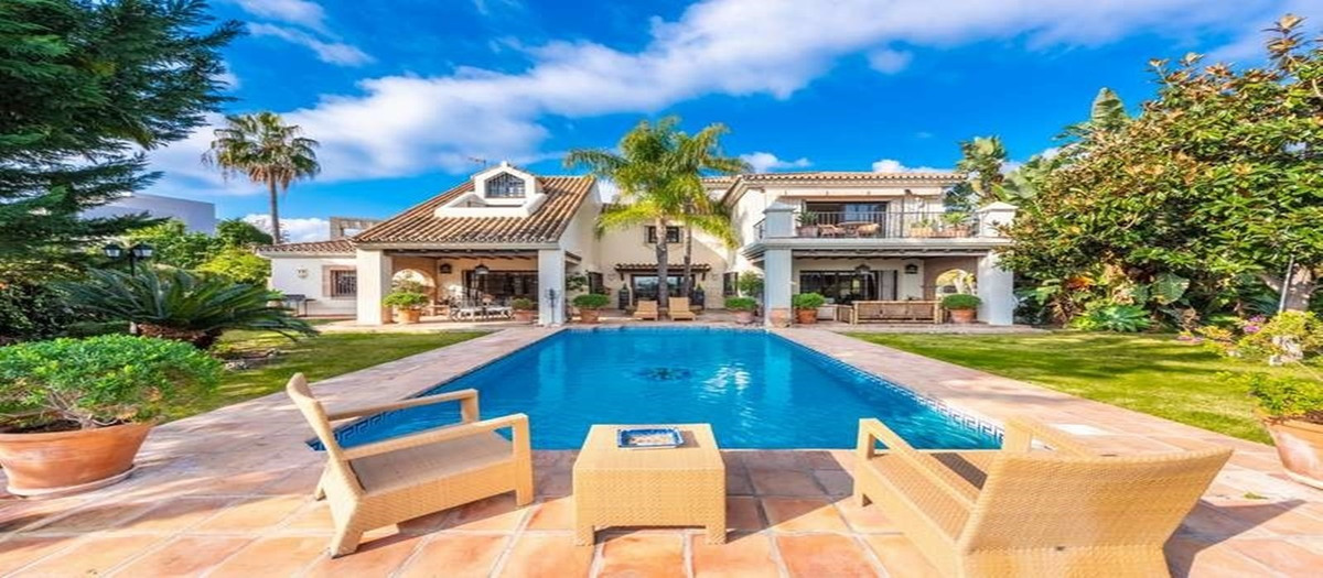 Cozy family villa in Andalusian style with beautiful architecture and sea views from the floor and t, Spain