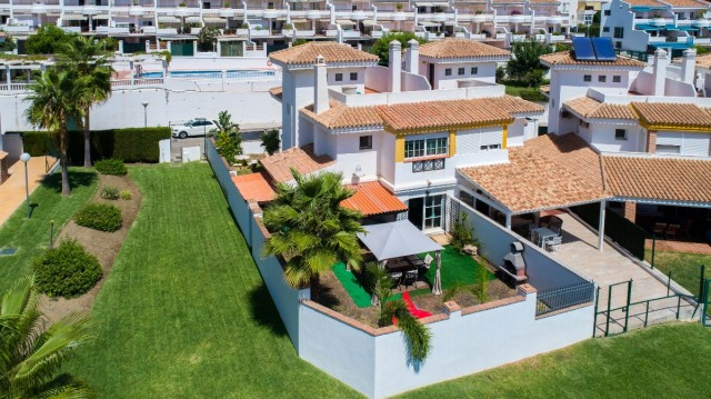 Superb semi-detached house with private garden within a wonderful urbanization close to all amenitie,Spain