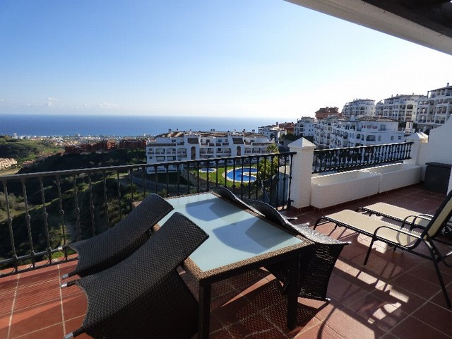 Stunning 2 bed, 2 bath penthouse in Palmeras de Calahonda. This modern complex was built in 2009 and, Spain