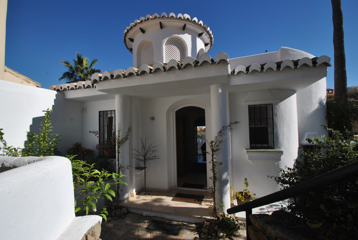 A three bedroom townhouse in a most sought after location in Calahonda.  Comprising entrance hall, lSpain