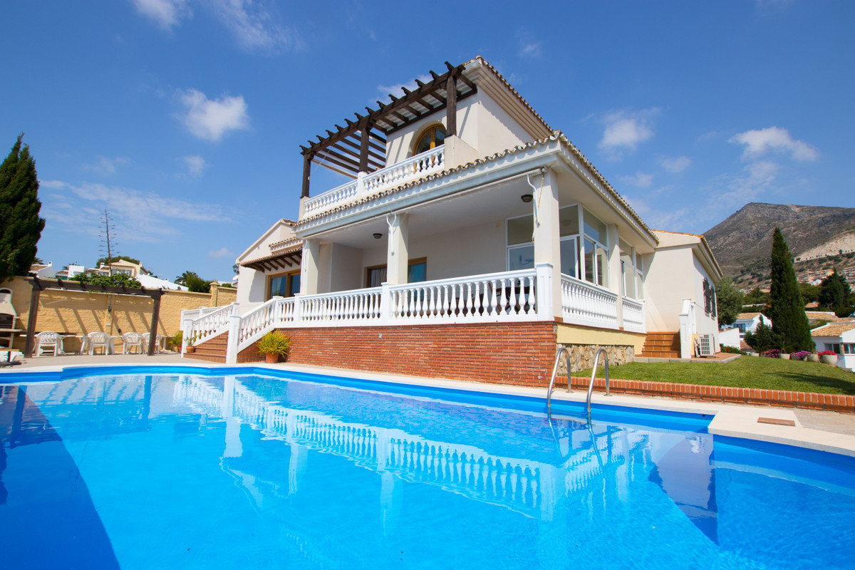 Wonderful Villa of 405m2 built on a 1.977m2 plot. Distributed over 2 floors and consists of 5 bedroo, Spain