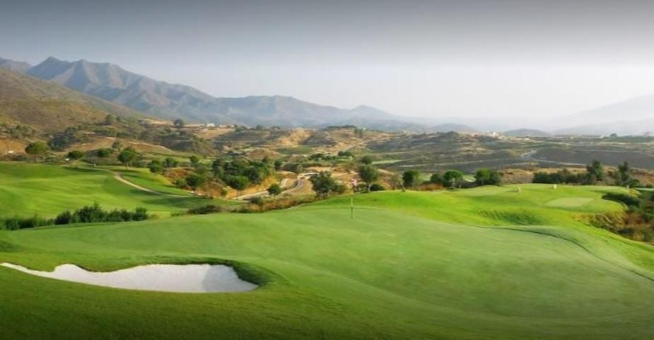 Parcela de forma irregular que se ubica dentro de un complejo de golf en Mijas Costa.  Dicho complej,Spain