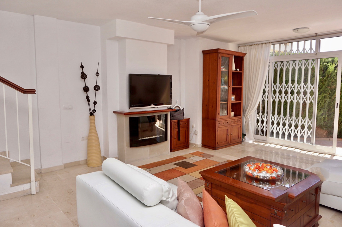 Located in the popular Urbanisation of Torremar. This three bedroom town house, is positioned close ,Spain