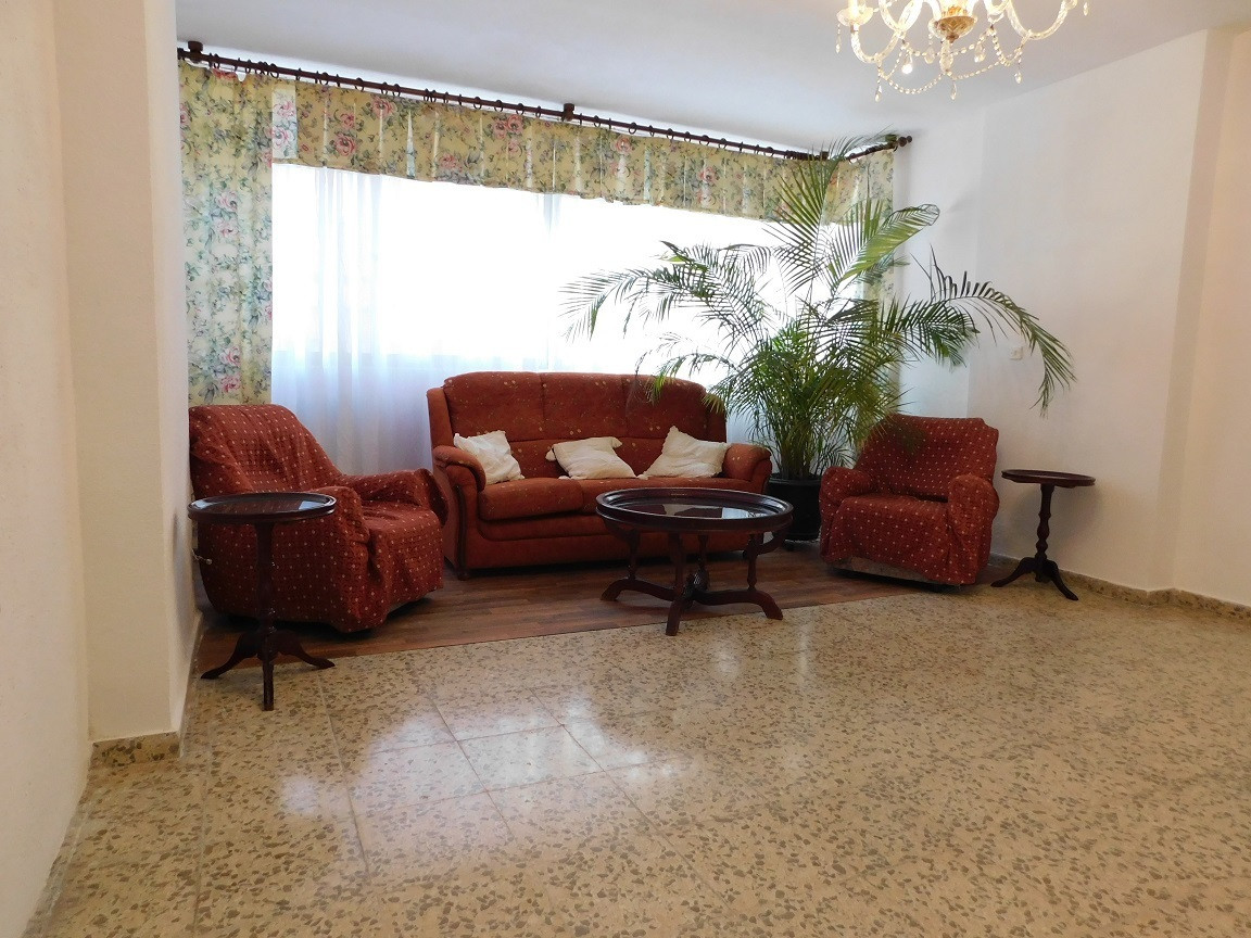 Enjoy reforming to your liking this floor of 86 that has 3 spacious bedrooms and 1 bathroom with bat, Spain