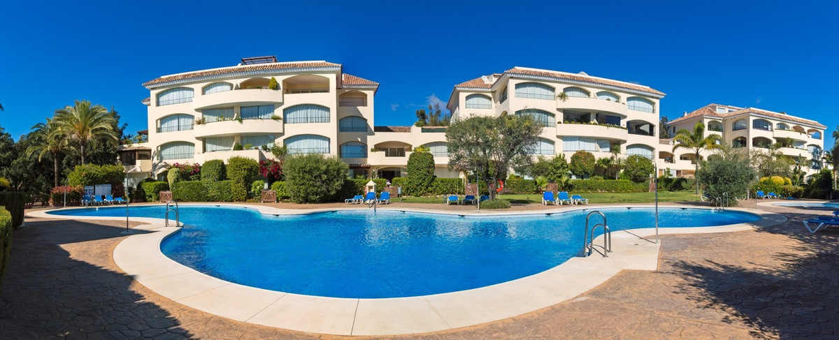 EXCELLENT LOCATION! Elegant beachside apartment for sale at Bahia de Marbella, Costa del Sol. In exc, Spain