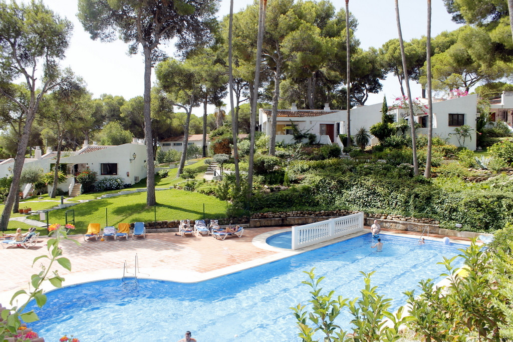 Fabulous detached bungalow for sale within a 24hr security guarded urbanisation. The park is in the ,Spain