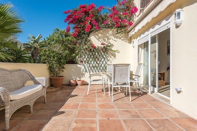 This is a very well presented and beautifully maintained ground floor garden apartment in a great lo, Spain