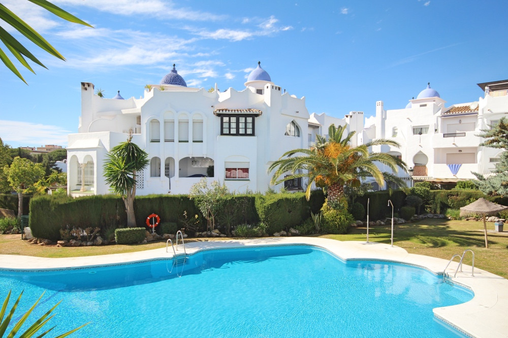 This beautiful 2 bedroom, ground floor apartment is situated only 200 meters from the beach within t, Spain