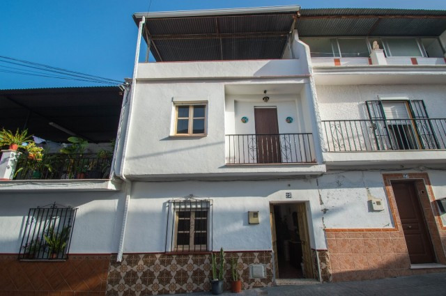OPPORTUNITY!!  Townhouse with many possibilities and very well located in the area of the fairground,Spain