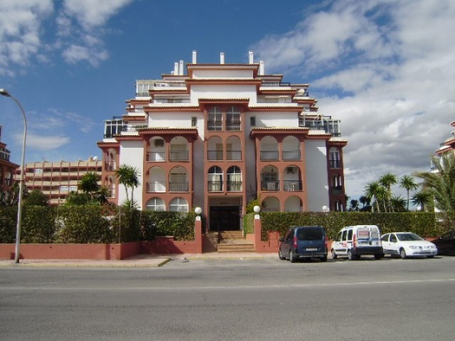 Set in extensive gardens this lovely apartment in a beautiful urbanization just 900 metres from La M,Spain