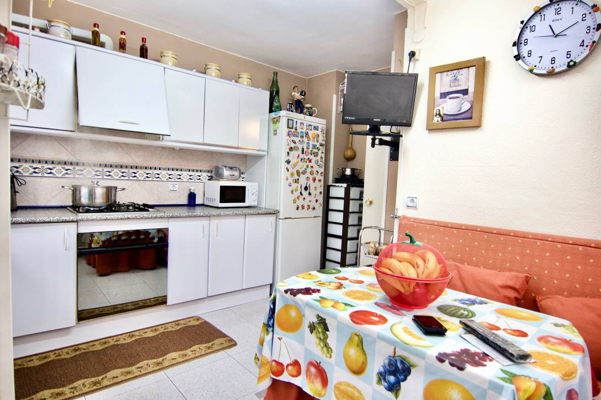 Area of Paloma Park. Ground floor, 3 bedrooms 1 bath. Near all amenities. Communal parking, Pool and,Spain