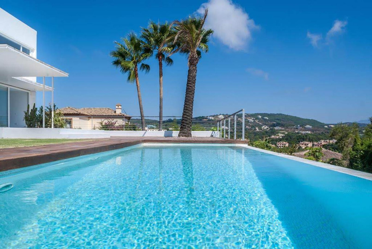 Contemporary style villa with spectacular views and situated in a quiet Cul de Sac in Sotogrande Alt,Spain