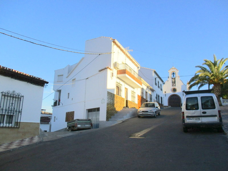 This substantial village house enjoys a quiet corner position with the Calvario area of Alora pueblo,Spain