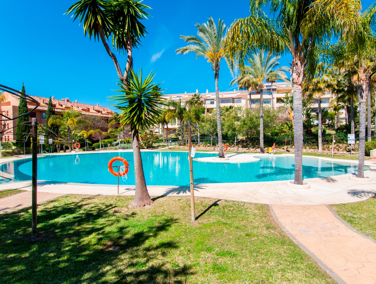 Pristine middle floor apartment in Bahia de Marbella, excellently well preserved property consisting, Spain