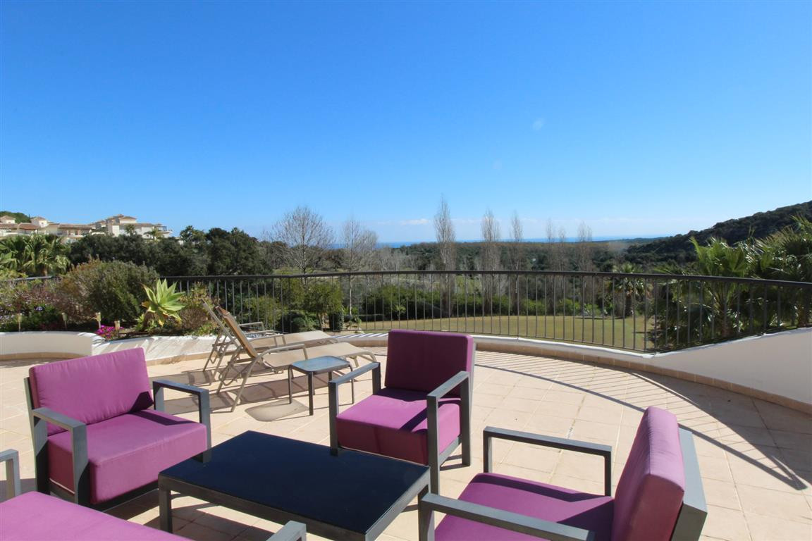 San Roque Golf: Large 3 bedroom 2 bathroom midfloor apartment with south facing terrace looking over, Spain