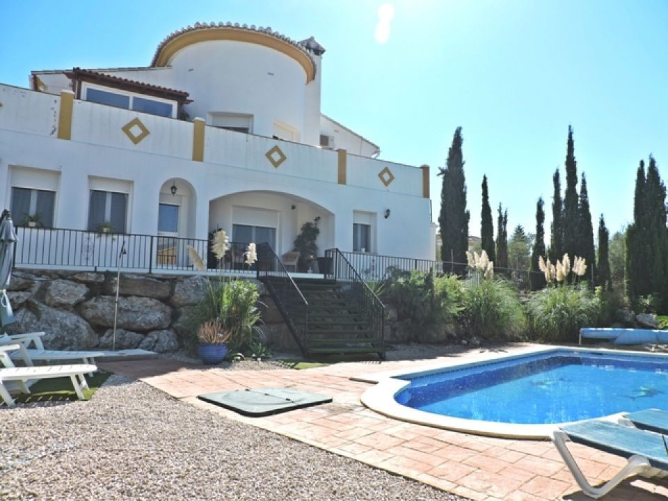 A very well presented villa situated with great access close to the village of Alcaucin. The gated p,Spain