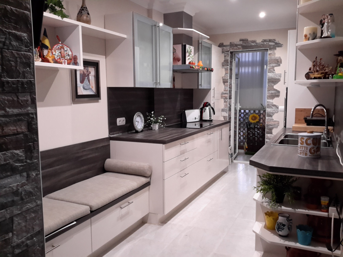 Charming, newly renovated apartment with 3 bedrooms and 2 bathrooms. 1 of this suite housing is 3 mi,Spain