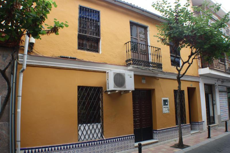 Very good located Shop (building)  in the center of Fuengirola with a 2 bedroom apartment and big te, Spain