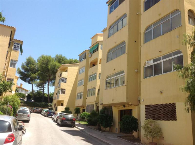 A large 4 bedroom apartment in need of reformation but priced to sell.  There is a south facing livi,Spain