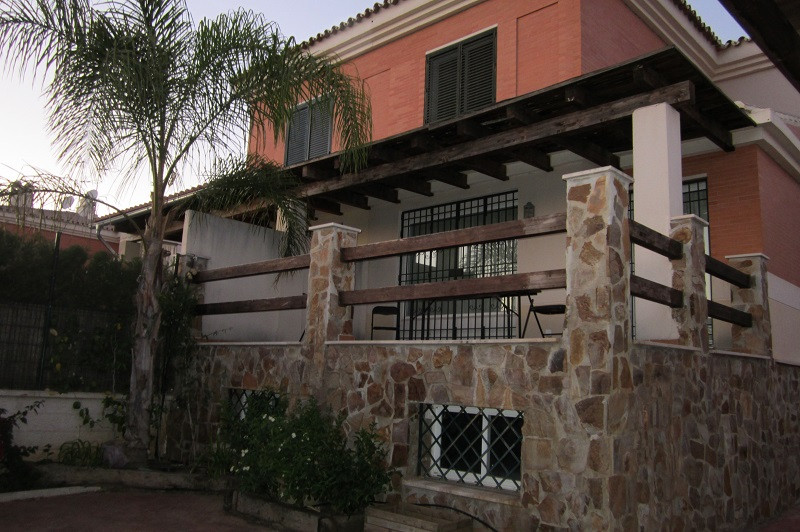 3 bedroom 3 bathroom semi detached townhouse situated on the outskirts of Malaga city, close to Chur, Spain
