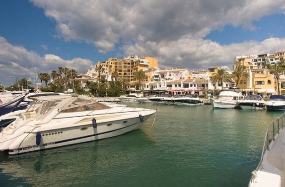 FREEHOLD - Front line Port. Located in the busy Puerto Cabopino with stunning views and resides alon Spain