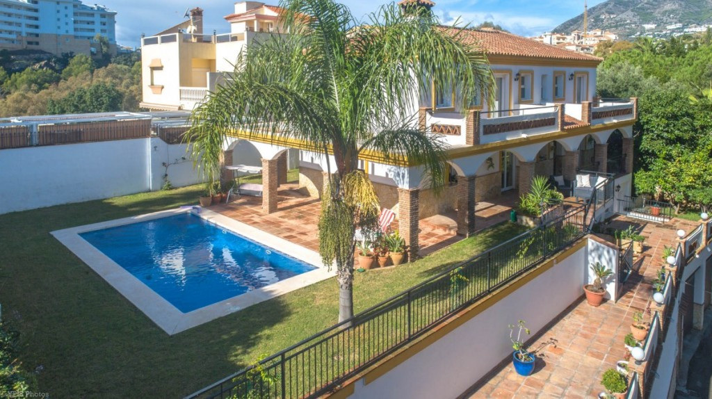 Spacious Villa with guest apartment located in Torreblanca.  The Villa is distributed in 4 floors asSpain