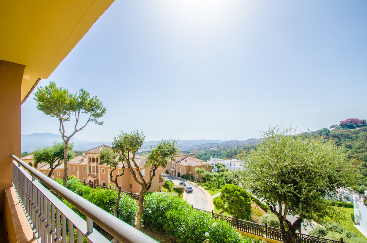 This is a lovely 3 Bedroom 2 Bathroom apartment located in El Vicario Phase I in Elviria.   This urb, Spain