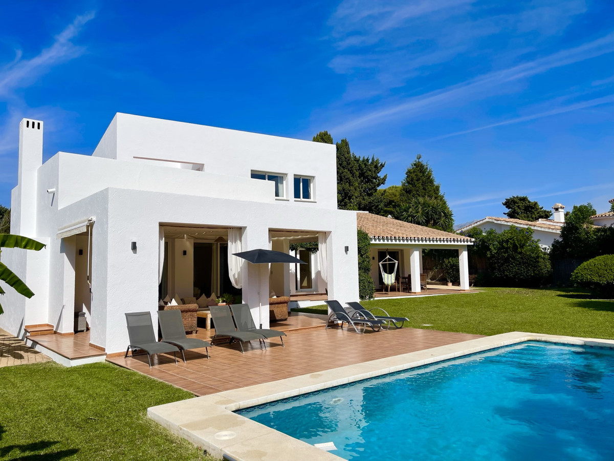BEAUTIFUL 5 BED HOME, MINUTES WALK FROM THE BEACH, WITH PRIVATE LARGE SUNNY GARDEN  LONG TERM RENT €, Spain
