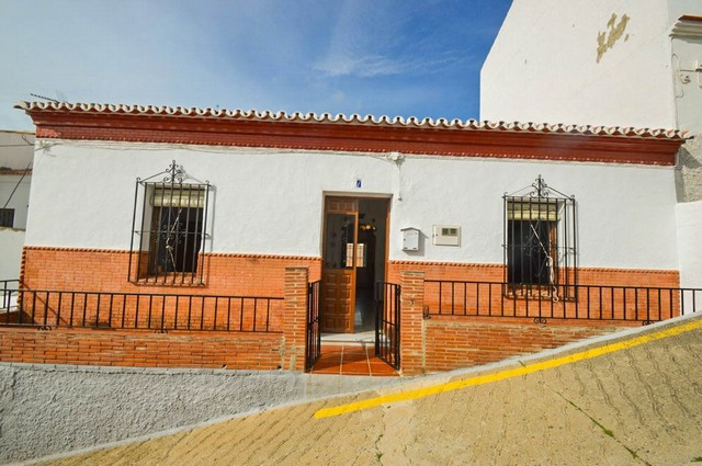 OPPORTUNITY!! Spanish House with large yard with stables and panoramic views!!  It is distributed as, Spain