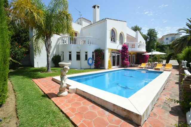 Beautiful and bright Villa situated in quiet residential area overlooking the sea.   Dispatched in 2, Spain