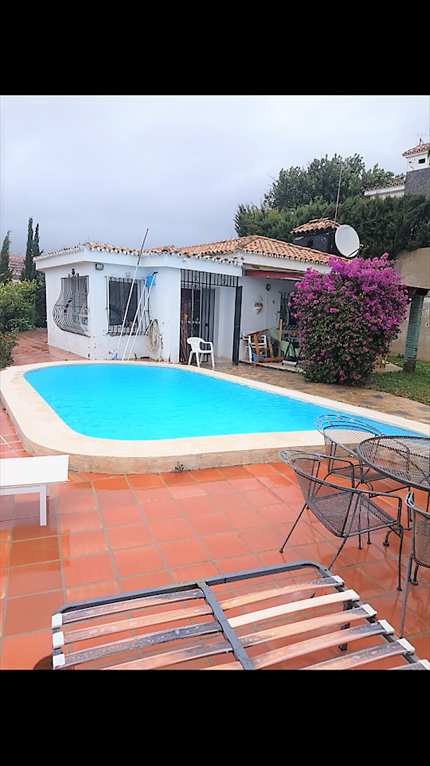 Cozy villa in the residential and quiet area of ??Torreblanca with views to Fuengirola and the sea. , Spain