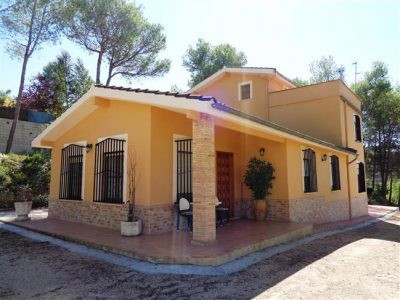 At the end of its private drive, on a very quiet location with good access and close to town, we fin, Spain