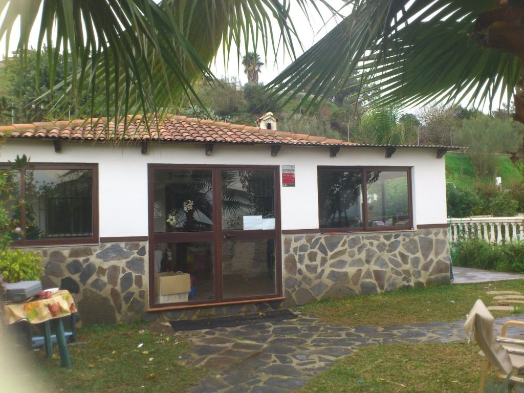 For sale a 2.500m 2 farm with a  cottages distributed in: a  covered porch, living room with firepla, Spain