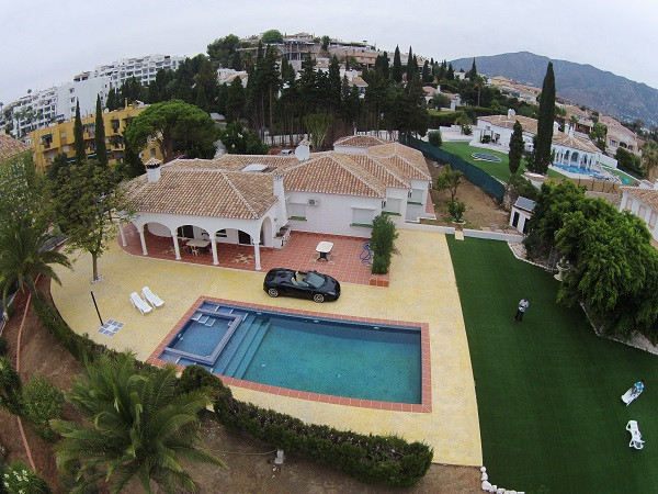 Beautiful villa, recently renovated. It consists of large living room, kitchen fully equipped, 4 bed,Spain