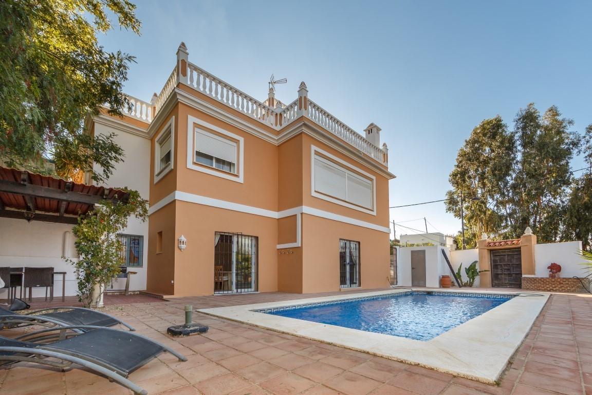Detached Villa, Estepona, Costa del Sol. 5 Bedrooms, 4 Bathrooms, Built 230 m², Terrace 30 m², Garde,Spain
