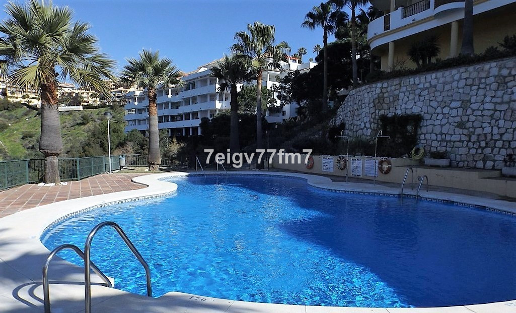 This modern 2 bed 2 bath (one en-suite) apartment is located in the upper part of Calahonda in Mijas, Spain