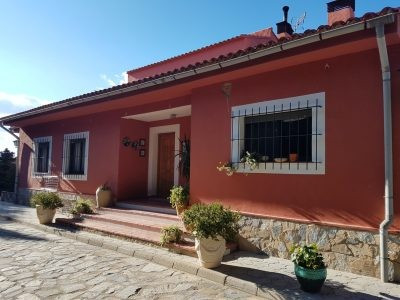 Lovely big country house of 300m2 on a fenced and gated plot of 1712m2. At only a 5min drive from On,Spain