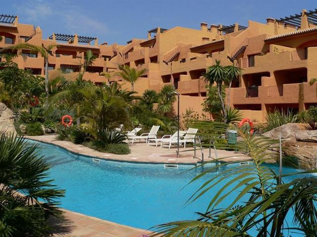 Spacious west facing apartment located in small community next to the Los Flamingos Golf Resort. Con,Spain