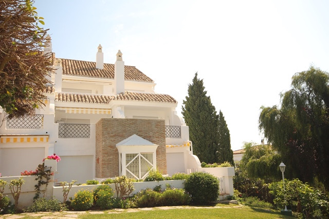 Semi-detached house in El Paraiso with spectacular views of the Mediterranean Sea. This property wit, Spain