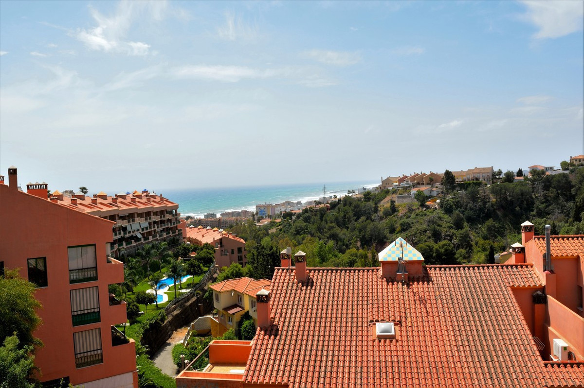 Duplex penthouse with very nice views of Fuengirola and the sea. It is located in the middle / upper, Spain