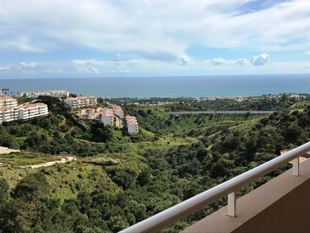 Opportunity as an investment or as a vacation apartment. Wide sea view from the terrace. Apartment w Spain