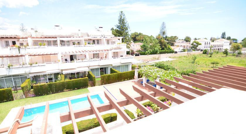 Fabulous townhouse 100 metres from the beach. 3 double bedrooms 3 baths, fully equipped kitchen Priv,Spain