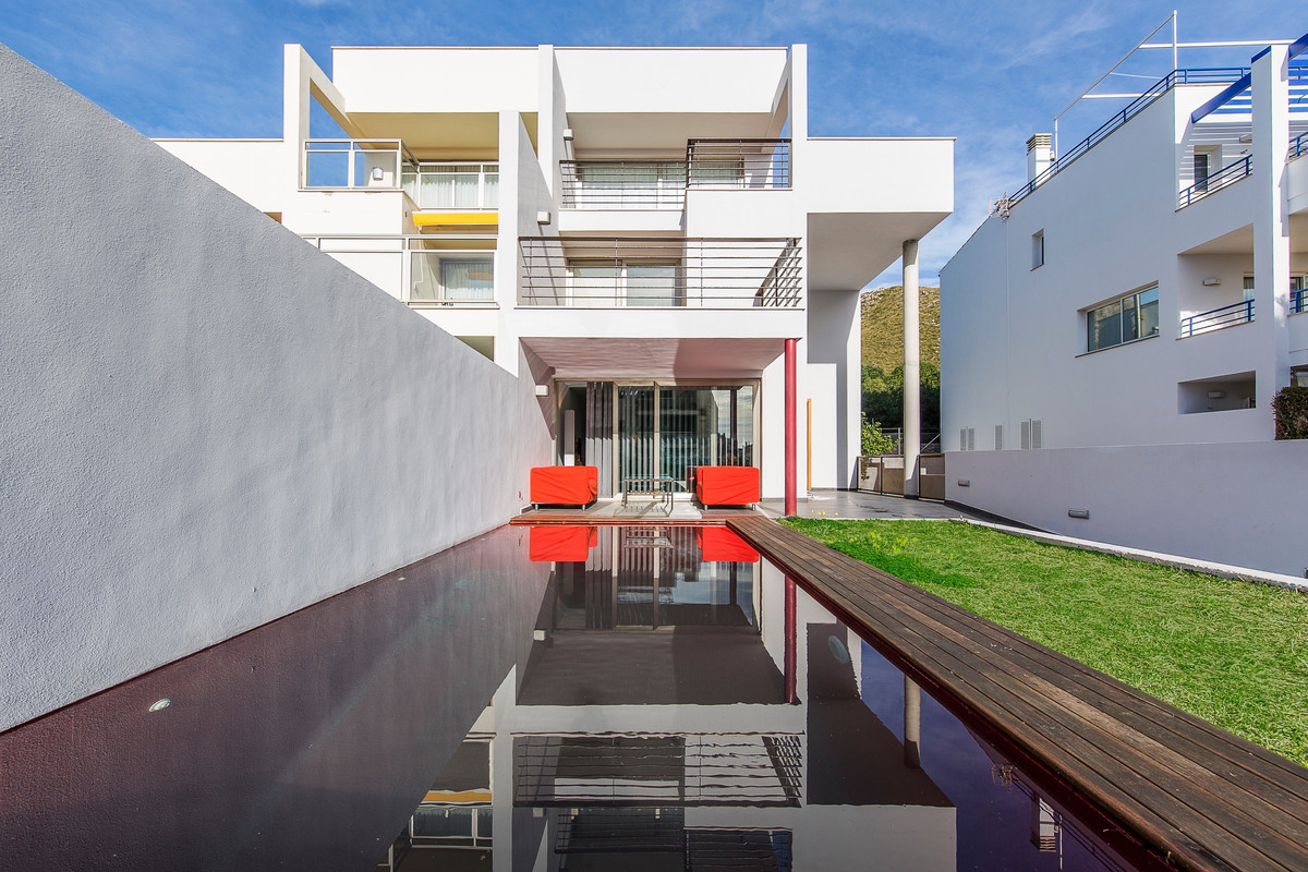 Luxurious semi-detached house, with private garden and private pool ideally located in the residenti,Spain