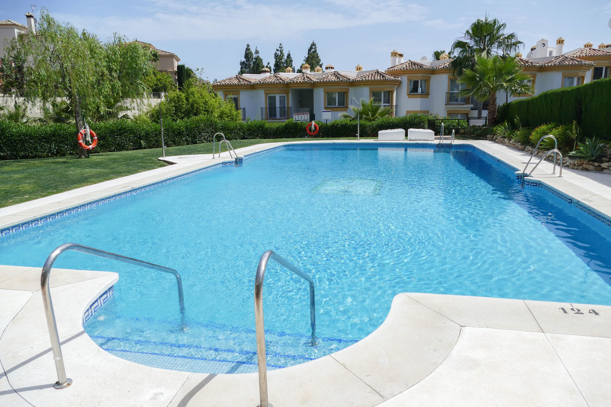 Amazingly presented 3 bedroom 2 bathroom apartment situated in a popular urbanisation in Calahonda. ,Spain