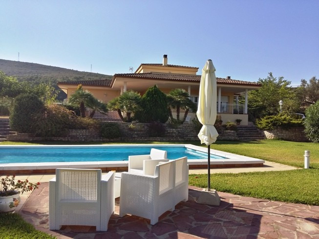 Stunning elevated house of 471m2 on a plot of 2.666m2 with electric gates and completely fenced. VerSpain