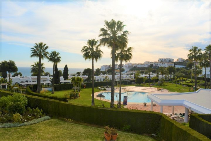 APARTMENT WITH BEAUTIFUL VIEWS OVER THE GARDEN, THE SWIMMING POOL AND SEA VIEW IN MIRAFLORES.  This , Spain